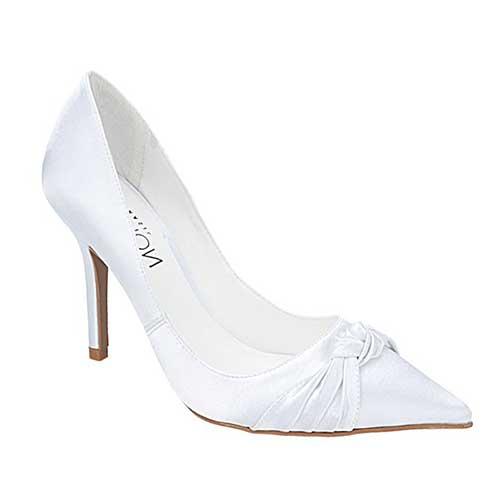 e338dc497 O modelo scarpin é ideal para a noiva mais clássica e que deseja um visual  elegante, sem ser ousado. O scarpin pode ser encontrado com salto de  diversos ...
