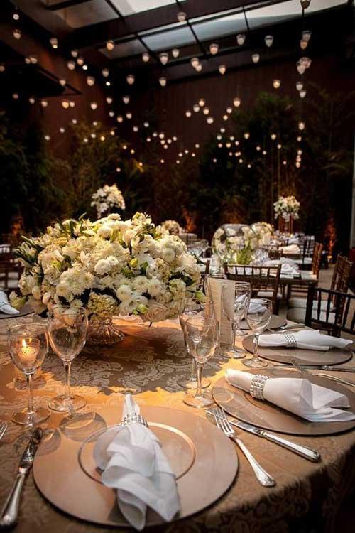 nas mesas dos convidados