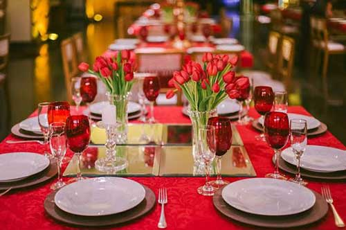 com flores na mesa