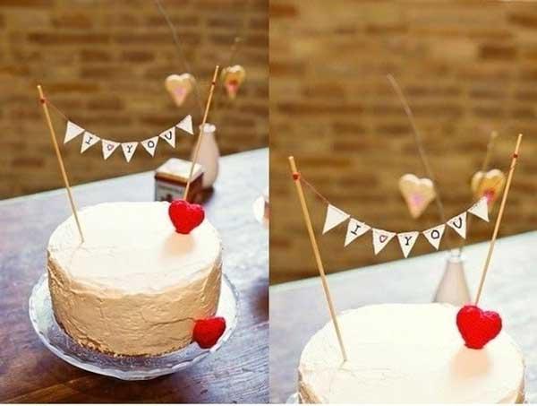 Bandeirinhas no bolo de casamento